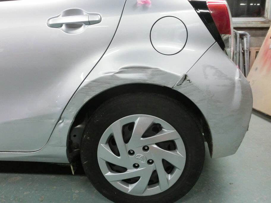 アクア左側面の傷とヘコミ修理前