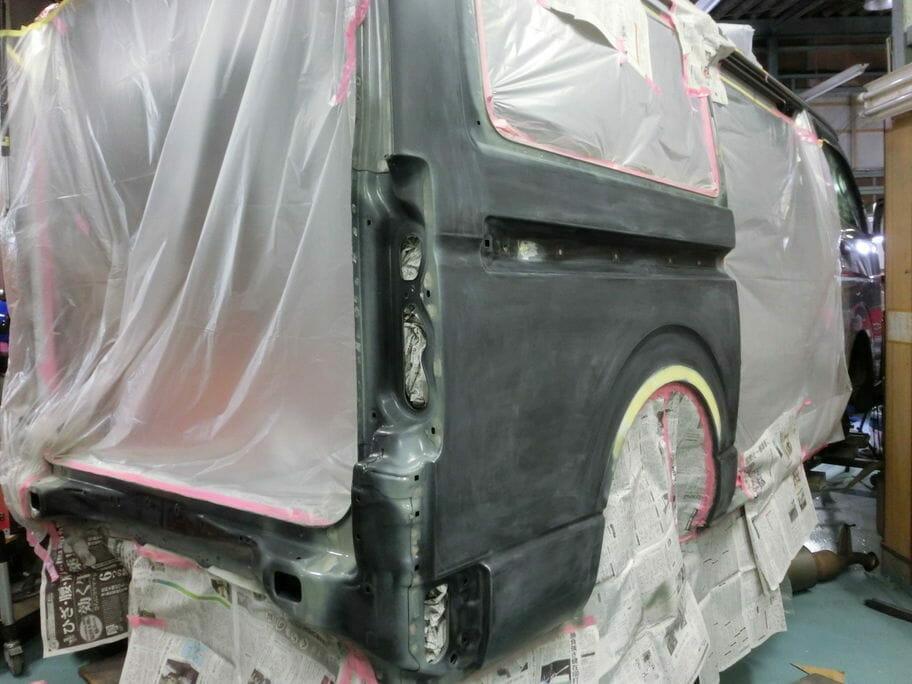 ハイエースのテールゲートとクォーターの修理(板金塗装)